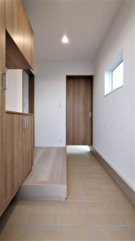 雨どい。シンプルな箱型形状。外観デザインに合わせて6色から選択するため、家の外観を崩しません。