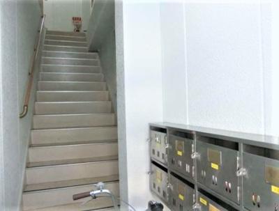エントランスから見た共用階段です。