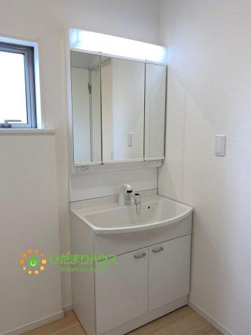 大きな鏡にシャワー付きの洗面台で朝の準備も捗ります。