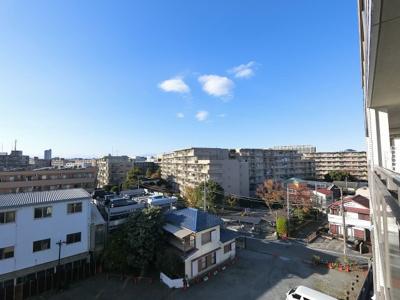 6階部分からの眺望です。 西向きバルコニーのため陽の当たる時間が長く冬でも暖かく過ごせます。