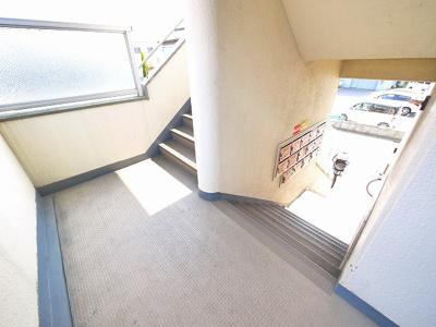 明るい共用階段。
