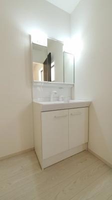 独立洗面台、小物を置くことができて便利です:建物完成しました♪♪毎週末オープンハウス開催♪八潮新築ナビで検索♪