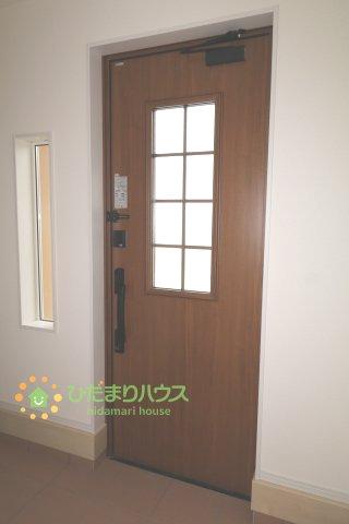 毎朝家族を送り出す玄関、小窓から優しく光が差し込みます。