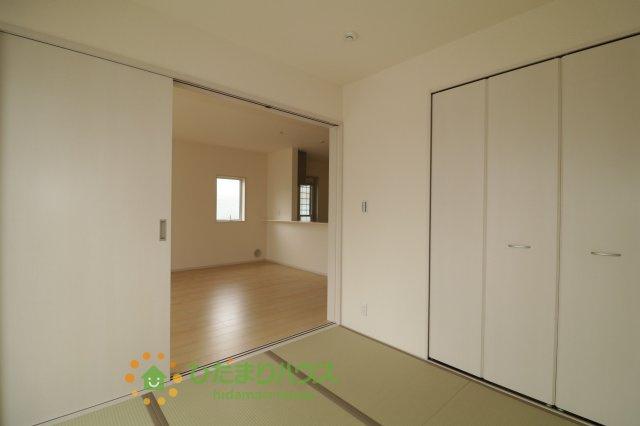 リビングと続き間の和室は空間を広く演出してくれます。