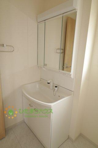 大きな鏡にシャワー付きの洗面台、朝の準備も捗りますね。