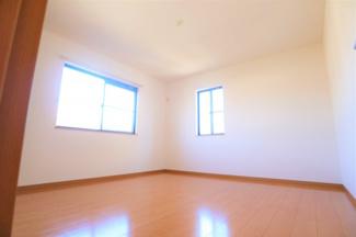 グランファミーロ リ・スタイル四街道池花  8帖が2部屋、6帖が2部屋ございます。各部屋に、収納スぺースがあるため、収納に困りません。