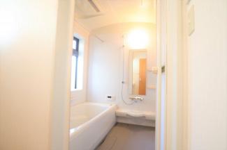 グランファミーロ リ・スタイル四街道池花  浴室シャワー水栓交換と鏡の交換もしているのでとても綺麗な浴室になっております。