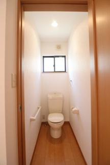 グランファミーロ リ・スタイル四街道池花  1F,2Fにトイレございます。温便座ですので寒い時期に、嬉しい設備です。