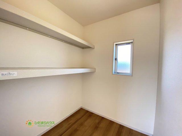 こちらのウォークインクローゼットには小物の収納に便利な棚がついております。