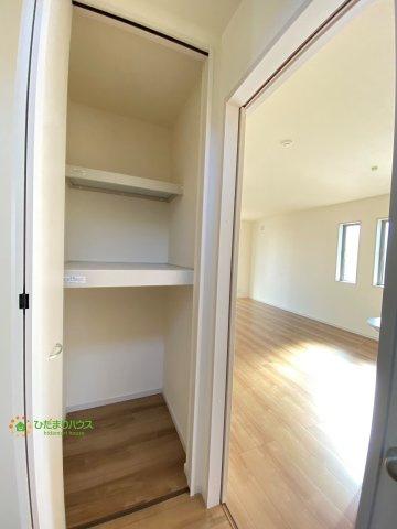廊下収納は掃除用具などの収納にも。。