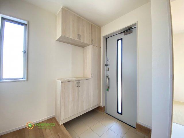 毎朝家族を送り出す玄関は小窓で明るい空間です。