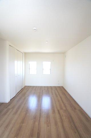 2階8.31帖 窓もたくさんあるので採光と通風がいいので気持ちよく過ごせそうですね。