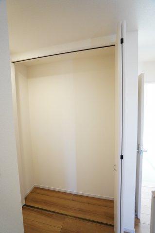 1階廊下 季節物の家電や買い置きした日用品等収納するのに便利です。