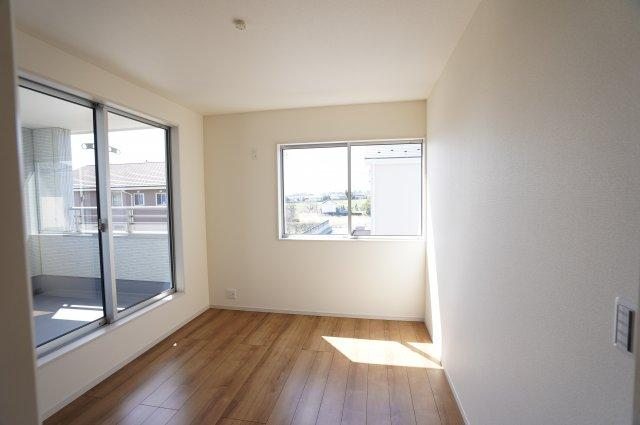 2階5.84帖 バルコニーがあるお部屋です。大きな窓から明るい光が差し込みます。