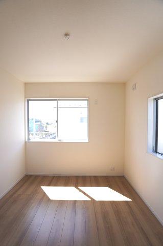 2階5.34帖 2面窓からの差込む光で昼間も明るいです。