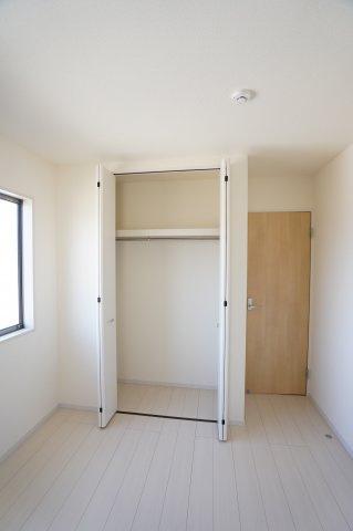 2階5.34帖 収納ケースを上手に活用してすっきり片付けたいですね。