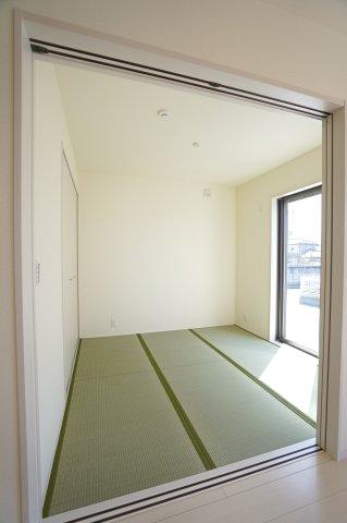 4.5帖 和室はちょっとゴロゴロするのに心地よい空間です。陽の光も入り気持ちよく過ごせそうですね。
