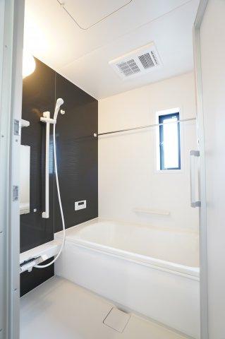 アクセントクロスな壁でシックなバスルーム♪浴室乾燥機付きでカビない清潔なバスルームに!