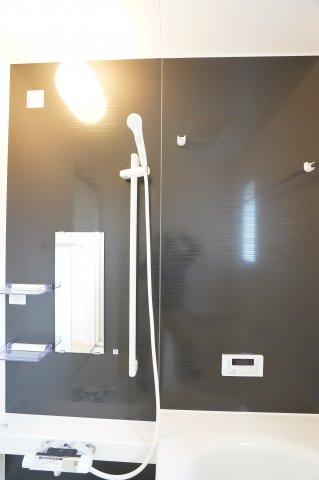 可動するシャワーフックで自分好みの高さに変えることができますよ♪