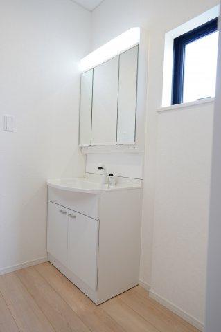 清潔感のある洗面脱衣所です。窓もありますので換気できます。