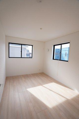 6帖 窓から光が存分に注がれるので、室内はいつも明るく温かです。