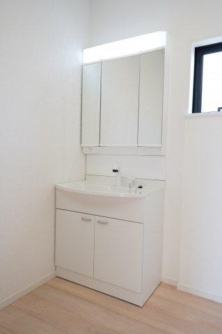 三面鏡の鏡は収納豊富です。鏡の裏側にも、足元の扉も収納スペースになっています。タオルや洗剤、お風呂の掃除用具など生活感を感じさせることなく収納できます。