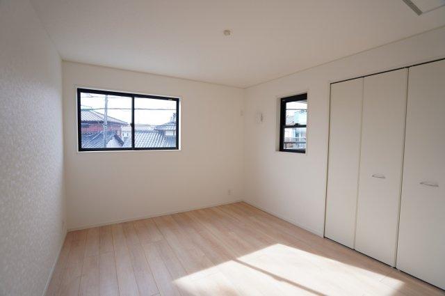 7帖 南向きの寝室なので窓から光が存分に注がれるので、室内はいつも明るく温かです。