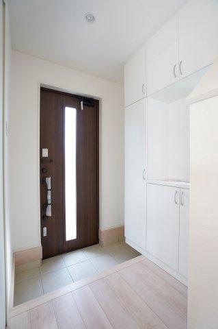 ガラス部分から光が取り込める玄関ドアです。明るく演出されます!