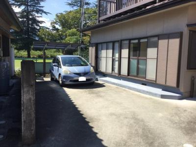 コンパクトな敷地ですが、駐車2台可能です。