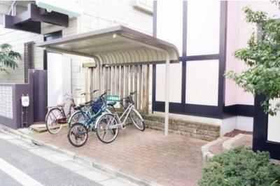 屋根付きの駐輪場があります。