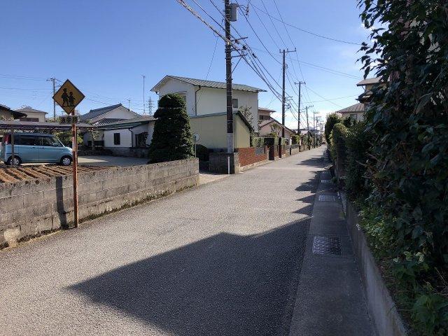 【前面道路含む現地写真】2.5mの間口のためお車駐車できます。