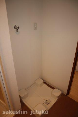 洗面室に洗濯機置場がございます。