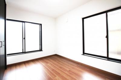 《洋室6帖》2面採光で明るく風通しの良いお部屋です。
