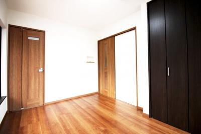 2Fの洋室はそれぞれの出入口ドア以外に、部屋と部屋の間にも扉が付いています。