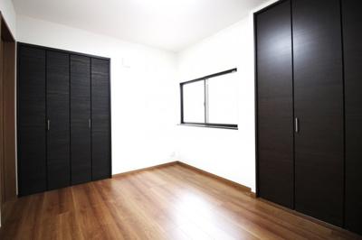 こちらのお部屋には、収納が2ヶ所にあります。荷物がしっかり片付いて、お部屋が広く使えます。
