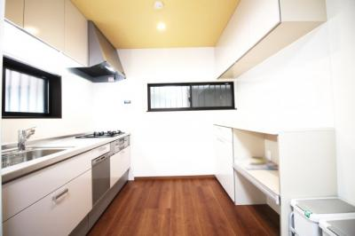 キッチンスペースにも《床暖房》があり食事の支度も快適にこなせます。カップボードもついていてキッチン収納は豊富です!