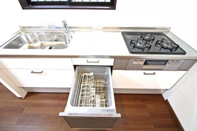 《食器洗浄乾燥機》は環境にも奥様の手にも優しい設備です。システムキッチンも新調しており食事の支度が楽しくなりますね。