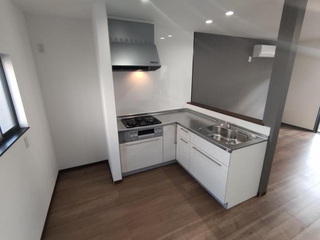 【リフォーム後写真】キッチンはハウステック製の新品に交換しました。引出が4つの嬉しい多収納タイプ。天板は熱や傷にも強い人工大理石仕様なので、毎日のお手入れが簡単です。