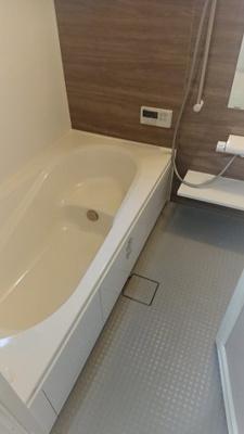 足を伸ばして入れる広々としたお風呂♪