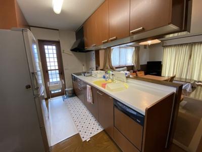対面キッチンになっており、ご家族と会話しながら炊事ができます☆