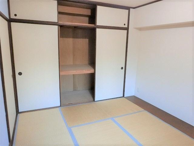 【現地写真】収納を完備しておりますので、居室の全空間を有効活用出来ます。自分好みのお部屋で、ゆったりお寛ぎ頂けます♪