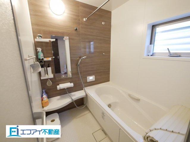 広々とした清潔感のあるバスルーム