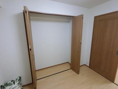 4.0帖の洋室です。 全居室に収納がありお部屋を広く使えます。