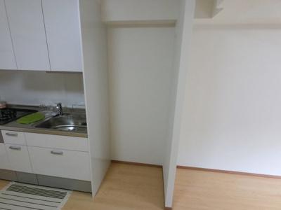 キッチン横の冷蔵庫置場です。