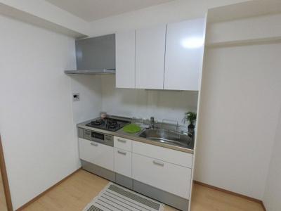 3口ガスコンロの壁付けタイプのシステムキッチンです。 隣に冷蔵庫置場がありキッチン回りをスッキリさせる事ができます。