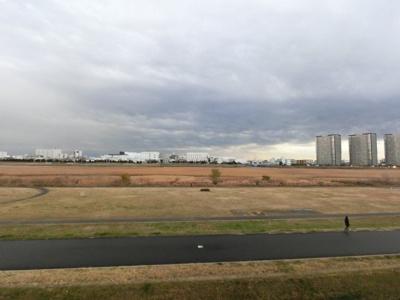 前方に建物がないため開放感があります。