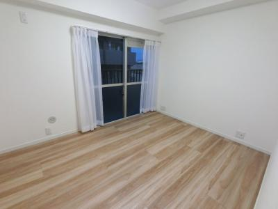 4.9帖の洋室。 各部屋に開口部があるため室内陽当たり良好です。