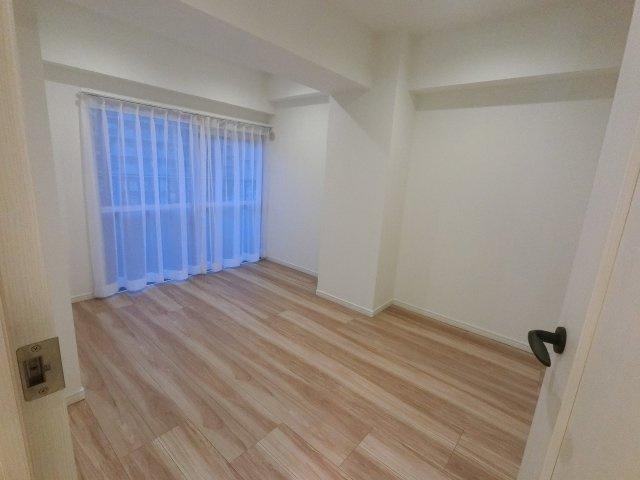 5.0帖の洋室。 バルコニーも付いているため室内はとても明るいです。