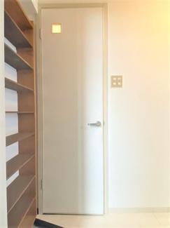 入ってすぐ左に棚、正面にトイレです。