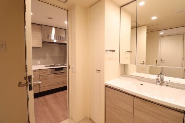 【独立洗面所】ホテルのような洗面所です。収納も多く◎清潔感のある洗面所です。